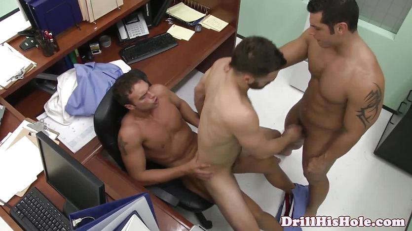 Hunk dominates in threeway by assfucking