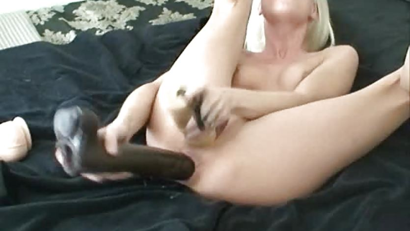 Jayda double penetrates both holes with brutal dildos