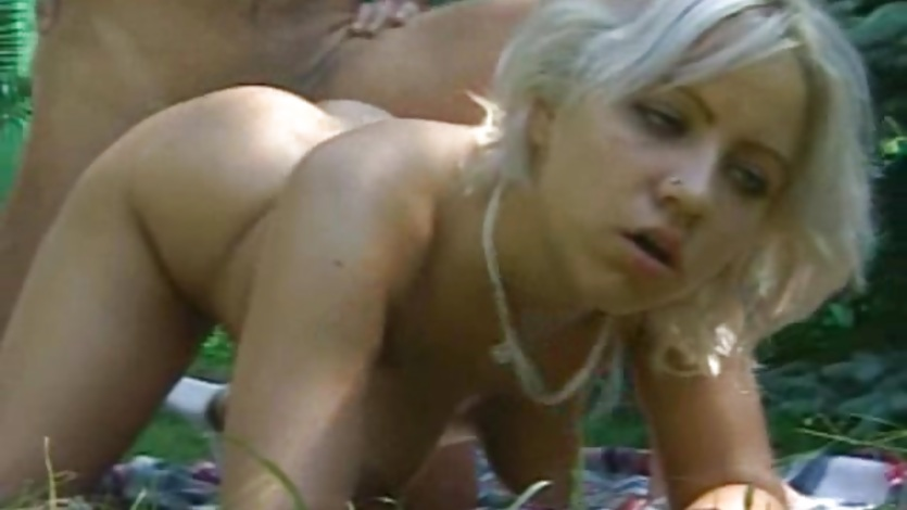 Blonde amateur girl outdoor action with cumshot