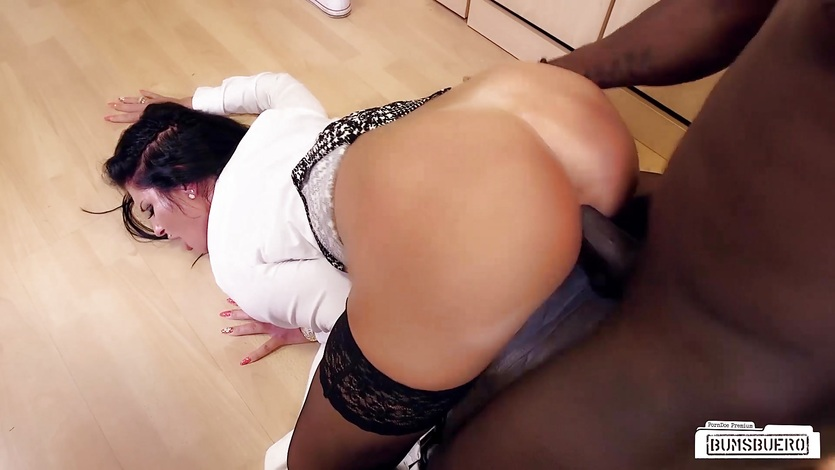 Bums Buero – MILF in interracial sex at a German office