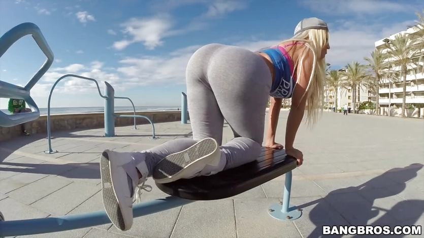 Curvy Blondie Fesser gets a public bang