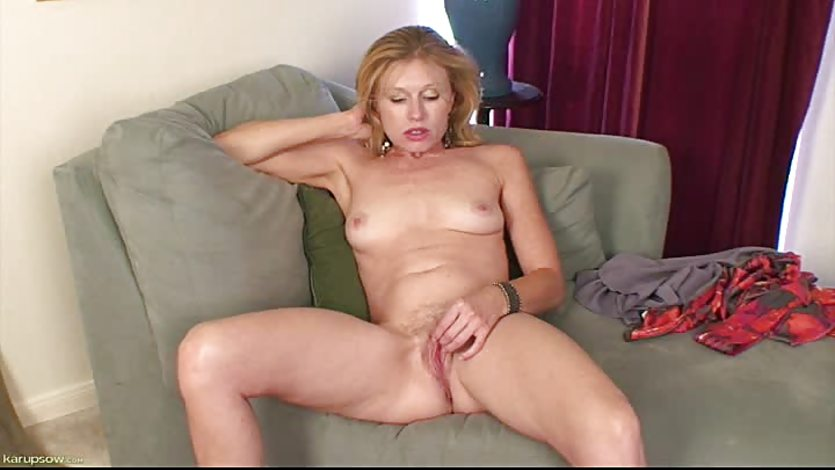 Mature Babe Holly Jones Masturbates