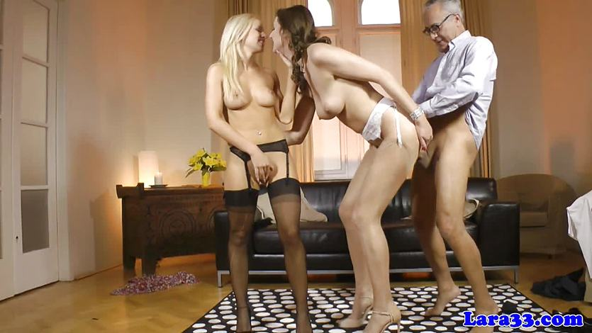 Mature brit in threeway gets cumshot after tugjob