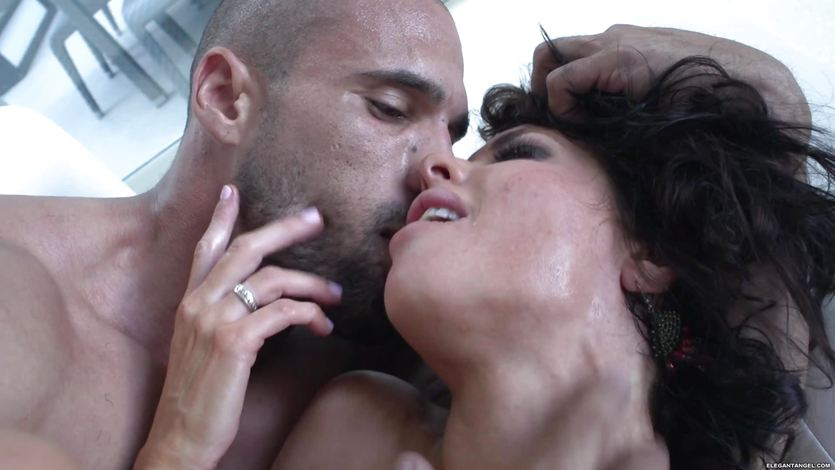 Veronica Avluv squirts from the girth of this hot dick