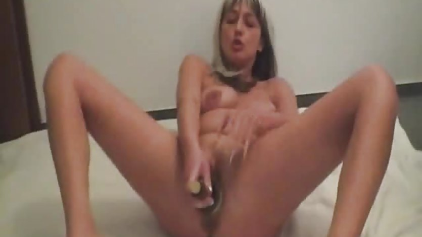 Amateur milf fucking a wine bottle and fisted by her bf