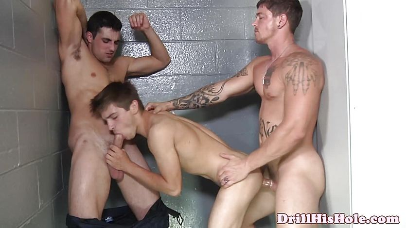 Gay threesome with muscular dudes